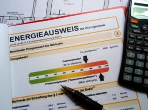 Energieausweis mit Taschenrechner.